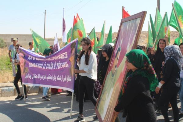 نساء كوباني يتظاهرن ضد الاحتلال التركي ويوزعن المنشورات