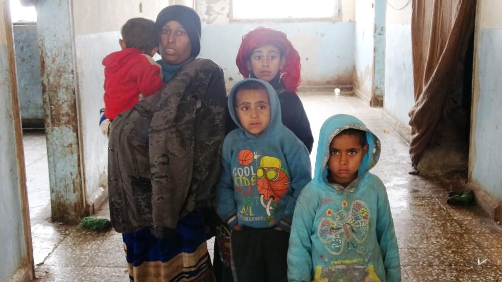 عائلة المران...ظروفهم الصعبة تجبرهم اللجوء لمدرسة غير مؤهلة