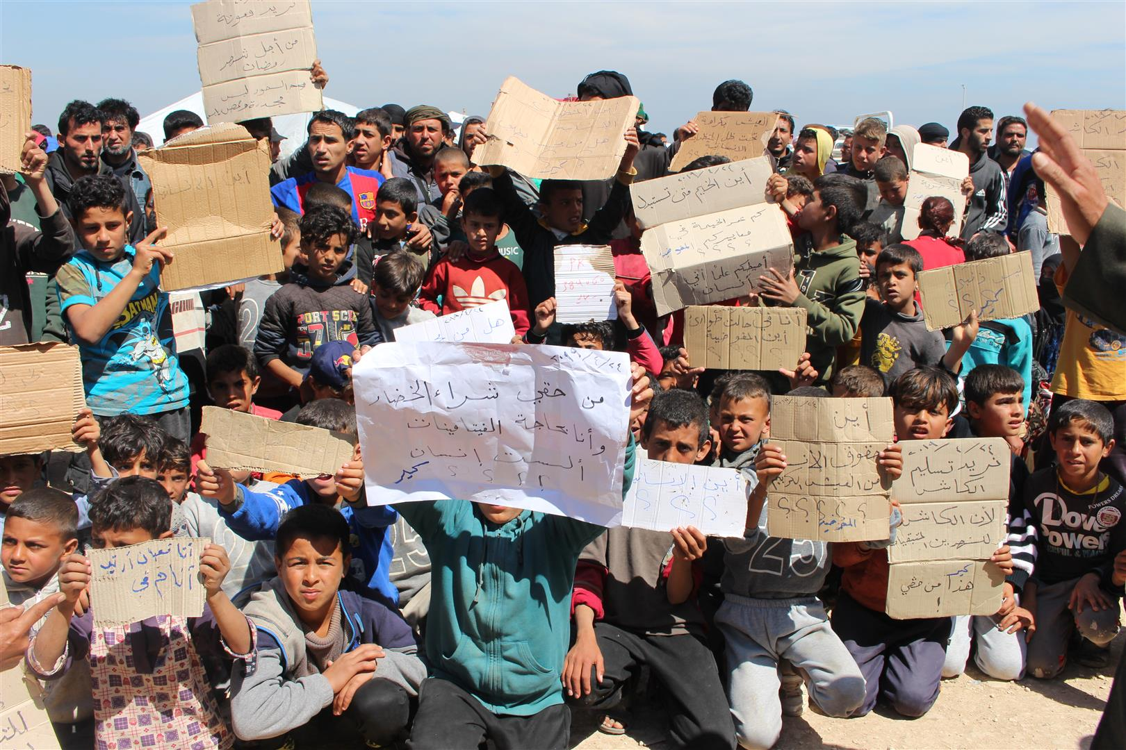 نازحو مخيم العريشة: هذا الفرش منذ شهرين لم تقع فيه قطعة لحمة!