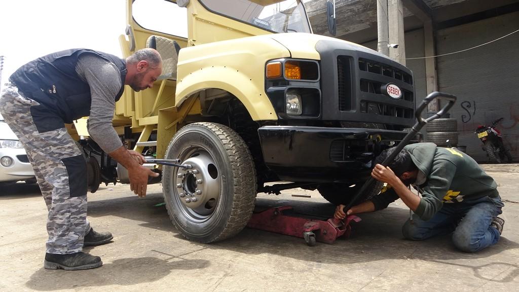 مهني محترف صنع شاحنتين من بقايا السيارات القديمة