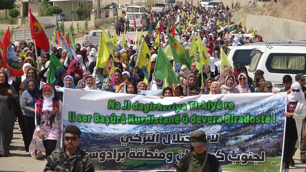أهالي ديرك يتظاهرون تنديداً بالقصف التركي على باشور كردستان