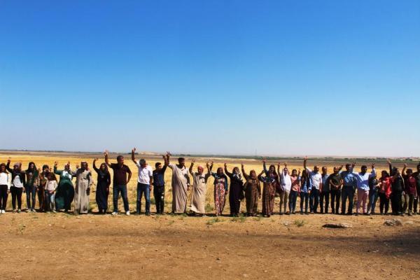 الأهالي يقفون دروعاً بشرية على الحدود لليوم السادس واستعدادات للتظاهر قرب قاعدة للتحالف
