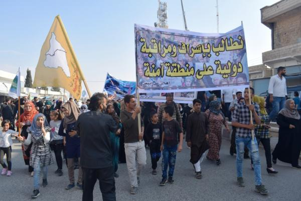 متظاهرون يطالبون بإشراف قوات أممية على منطقة آمنة وانسحاب جيش الاحتلال