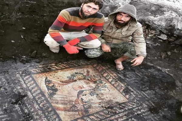 مرتزقة تركيا يوثقون كيف ينهبون آثار عفرين