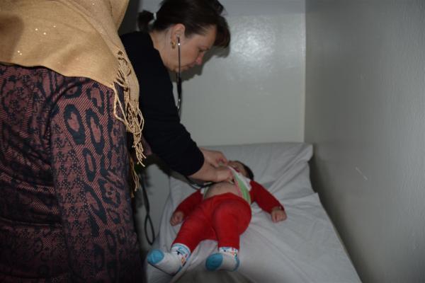 مستوصف وقفة المرأة الحرة في الحسكة يقدم خدمات مجانية للنازحين