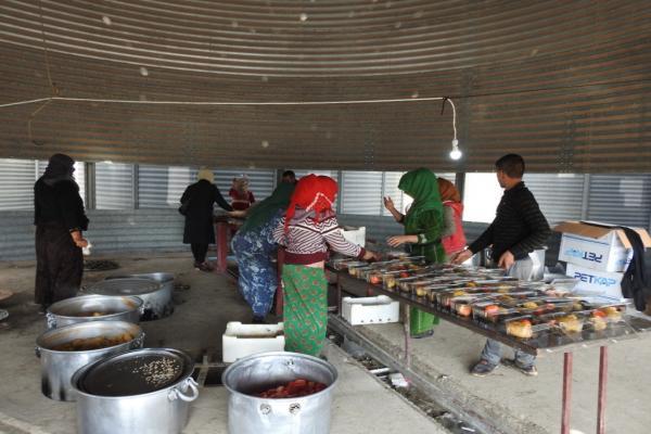 نساء عين عيسى يقدمن الطعام لأبنائهم في الجبهات