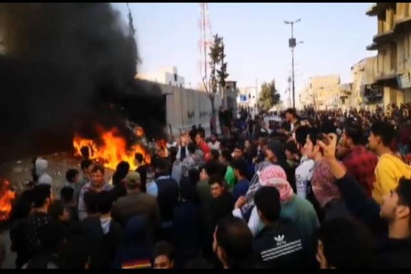 المرتزقة يطلقون النار على المتظاهرين في الباب وأنباء عن ضحايا