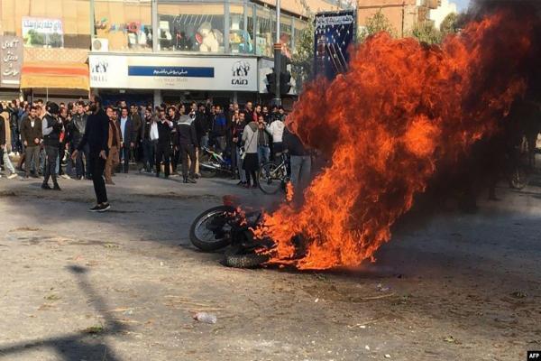 حرق مكتب للخامنئي ومقتل ثلاثة من عناصر الحرس الثوري في إيران