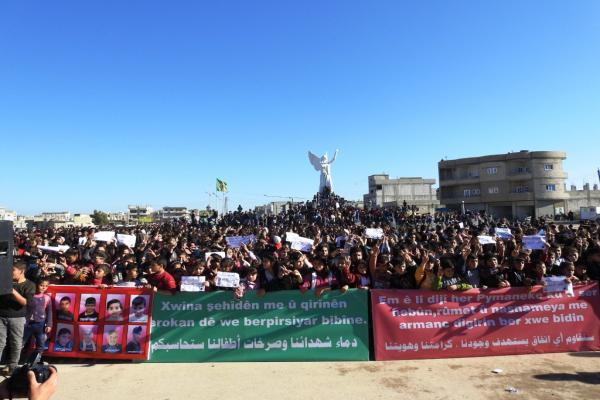 الطلبة والمعلمين في كوباني يتظاهرون تنديداً بالهجمات التركية