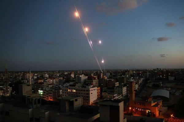 إطلاق 21 قذيفة صاروخية من غزة نحو إسرائيل ونتنياهو يجري اجتماعاً أمنياً لبحث التصعيد