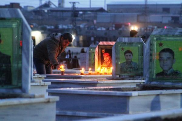 كوباني... شموع الاستذكار تنير أضرحة شهداء شهر شباط