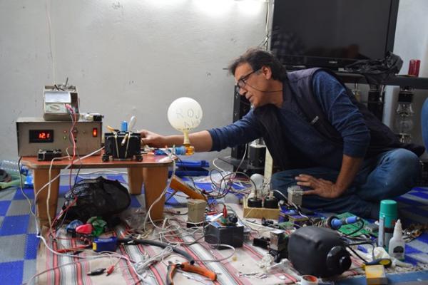 عامودا: فريق فني يعمل على تطوير نموذج لجهاز التنفس الاصطناعي