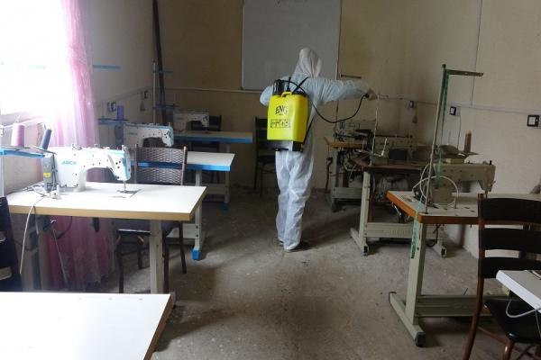 مشغل خياطة ديرك يستعد لتصنيع الكمامات