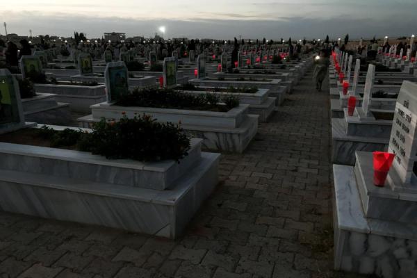 بعد 3 أشهر... شموع الاستذكار تنير من جديد أضرحة الشّهداء في كوباني