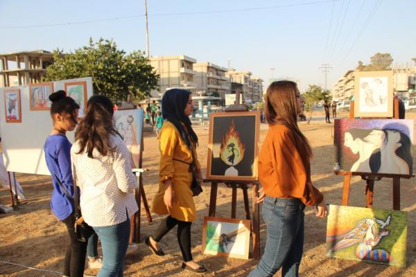 مركز الثّقافة والفنّ في منبج يقيم معرضاً للفنّ التشكيليّ
