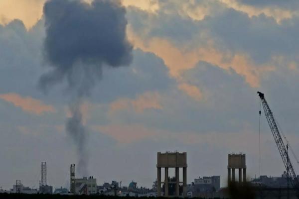 التوتر يشتد في غزة.. إسرائيل تغلق معبرًا رئيسيًّا وتهدد الفصائل