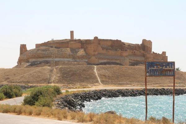 مديرية السياحة وحماية الآثار بالطبقة تحذر من انهيار أجزاء من قلعة جعبر الأثرية