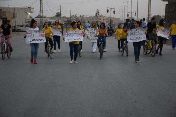 المرأة الشابة تنظم مسيرة بالدّراجات الهوائيّة في مدينة الحسكة