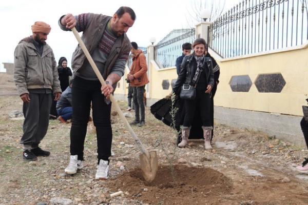 دعمًا لمقاومة عفرين أعضاء مجالس الرقة يزرعون أشجار الزيتون في مزارات الشهداء