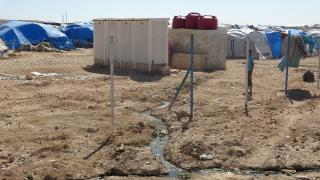 مياه مستنقع مخيم عين عيسى تهدد النازحين