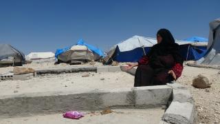 نصف نازحي مخيم عين عيسى بحاجة لمأوى والمنظمات تتجاهل