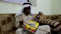 على ربابة قديمة يغني بالكردية والعربية