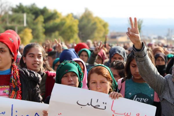 Los desplazados internos de Afrin se manifiestan frente al Centro de Reconciliación de Rusia