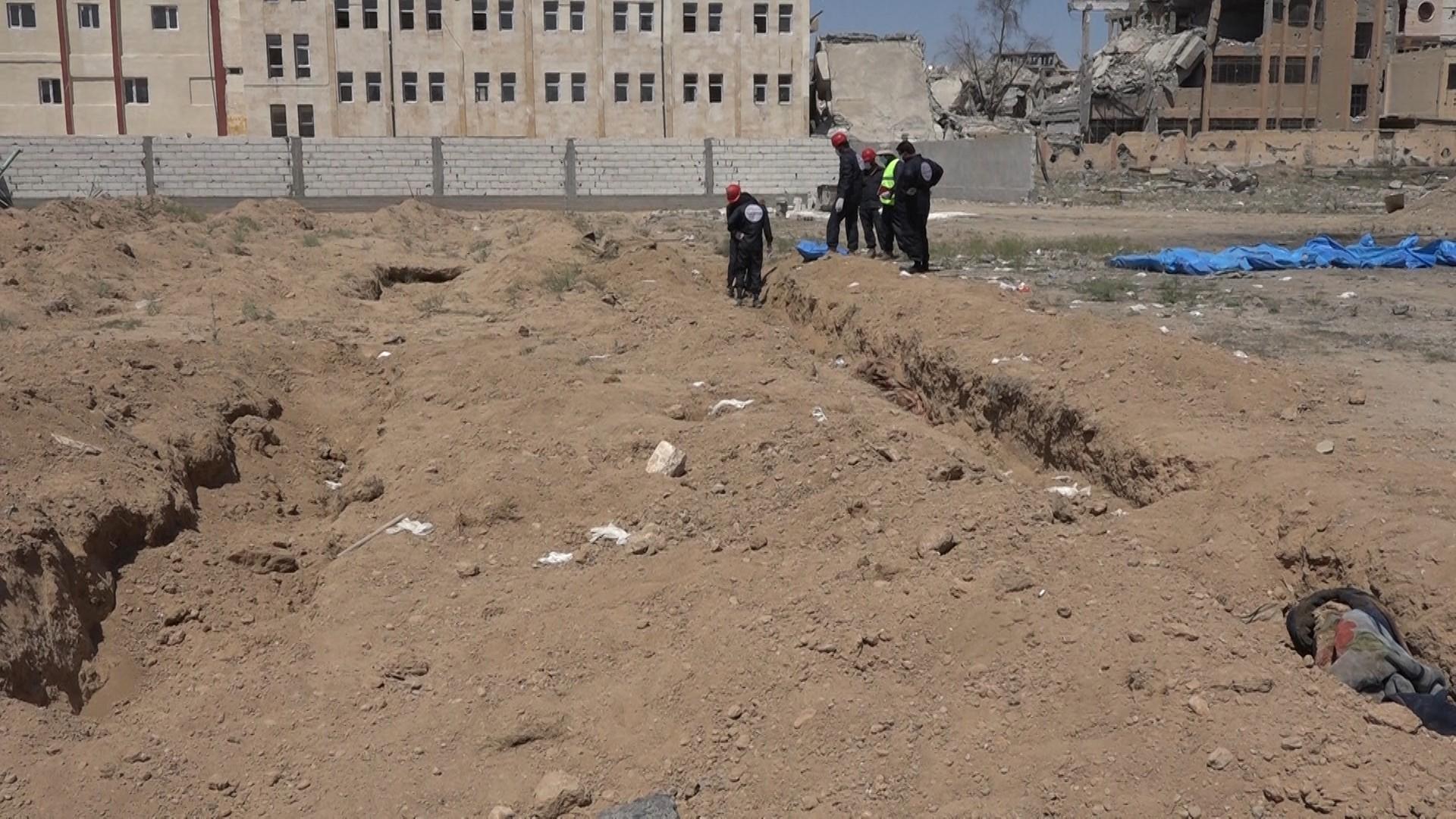 Reqa'daki toplu mezarlardan 900 cenaze çıkarıldı!