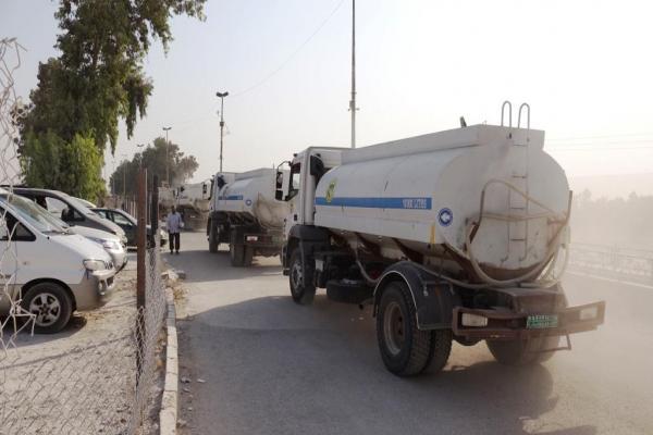 Reqa Sivil Meclisi, kısıtlı imkanlara rağmen halka su dağıtıyor