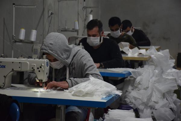 Salgına karşı dayanışma sürüyor: Gönüllü inisiyatif 20 bin maske üretti