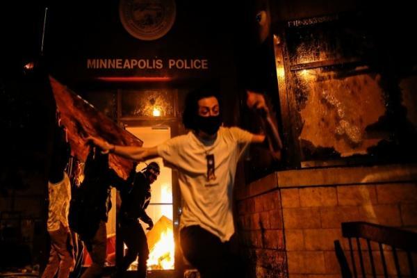 ABD'de Floyd'u öldüren polislerin karakolu ateşe verildi