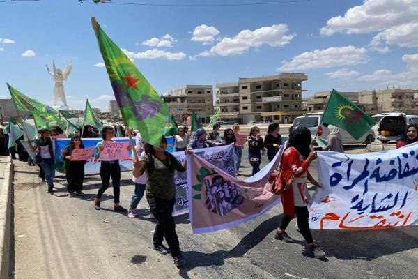 Genç kadınlar Türk devletinin suçlarına karşı yürüdü