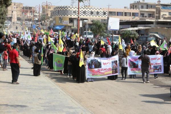 Reqa'da genç kadınlar öncülüğünde Türk devletine karşı eylem