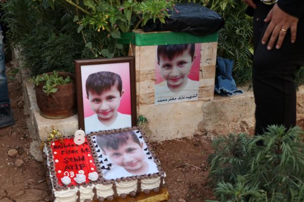 Şehit oğlunun 8'inci yaş gününü mezarında kutladı